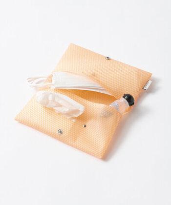 サイズの違うポケットがついているので、マスクだけでなくポケットティッシュやアルコールジェルなどのエチケット用品をまとめて持ち運びが可能です。化粧ポーチとして使っても◎