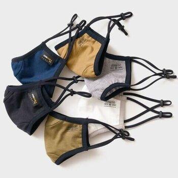 立体的なシルエットで、男女を問わずに使用できるユニセックスなデザインのマスクです。耳元にアジャスターがついているので、サイズ感を調節しやすいのがポイント。カラーは全6色展開で、サイズは通常サイズとSサイズの2種類が用意されています。