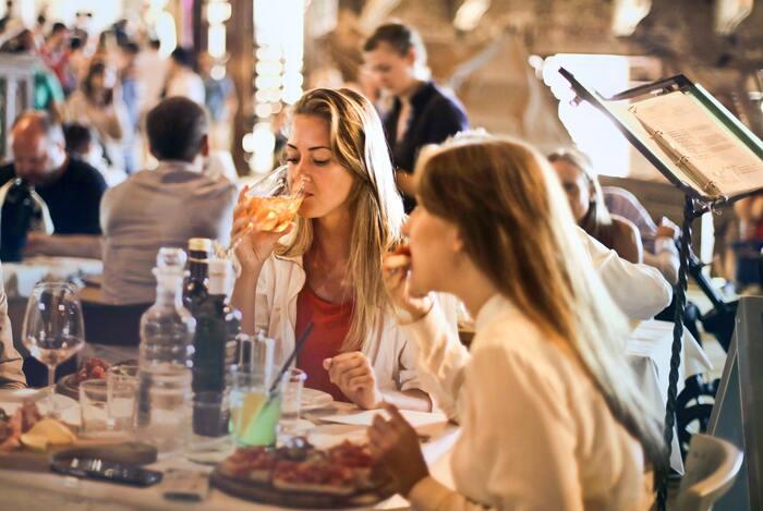 一方、友人のDさんは、料理が来たら「お先です!いただきます!」と先に食べてしまいます。  どうでしょう。どの人に合わせるのが正解でしょうか。