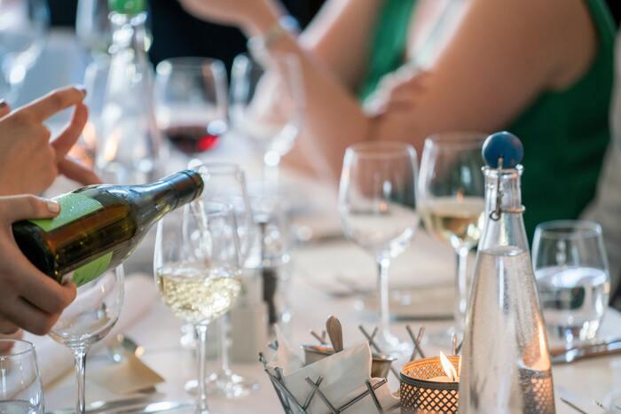 あなたの友人Aさんは、食事のシーンで皆の為に注文をとったり、空いたグラスにお水やお酒を注いだり、細やかに振る舞うあなたをとても褒めてくれました。あなたの「気が利くところがとても素敵」と言ってくれたとします。