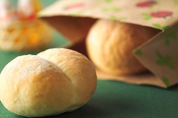"""朝食の定番である「ブレッツェン」は、小麦粉で作った小型のパン。日本では""""ハイジの白パン""""とも呼ばれ親しまれています。"""