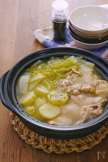 お鍋には珍しいジャガイモが入った鶏鍋レシピ。最後に、キムチとおうどんを入れると味の雰囲気が変わってとっても美味しいんです。ジャガイモが入っているので、最後にカレールーとご飯を入れても楽しめそうですね。