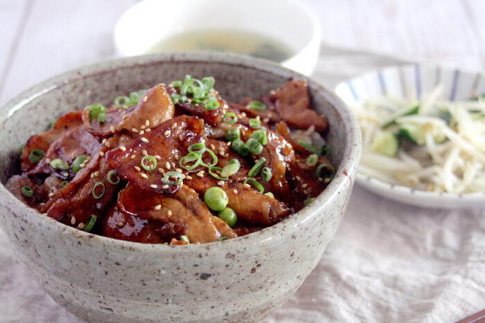 お腹が空いた日にチャレンジして頂きたい、濃い味がたまらない帯広豚丼レシピ。小麦粉をまぶすことで、タレが良くお肉に絡みます。メニューに困った日の一品としても活躍してくれそうですね。