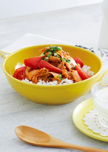 どうしても「がっつり」のイメージが強い丼ぶりを、トマトを入れることでちょっとさっぱり食べられる嬉しいレシピ。とは言え、豚×キムチでスタミナもばっちりなので、疲れたけどしっかり食べたい日にもおすすめです。