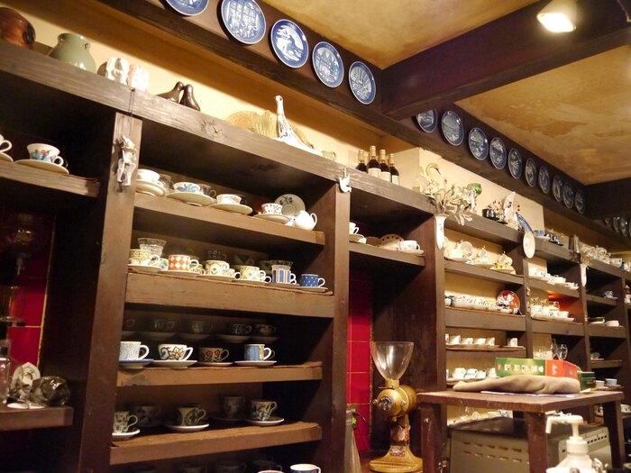 このお店の特徴は、オーナーがお客さんに合わせたカップで提供してくれるというところ。カウンターの壁一面に並ぶコーヒーカップから、自分にはどのカップで出してくれるのか考えるのも、楽しみの一つです♪