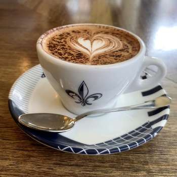 「コーヒーハウス」という店名の通り、お店にはたくさんのコーヒーメニューが揃っています。ホットコーヒーから、ハートが可愛いカプチーノ、スイーツドリンクのエスプレッソバナナシェイクなど、目移りしてしまうメニューの多さ♪