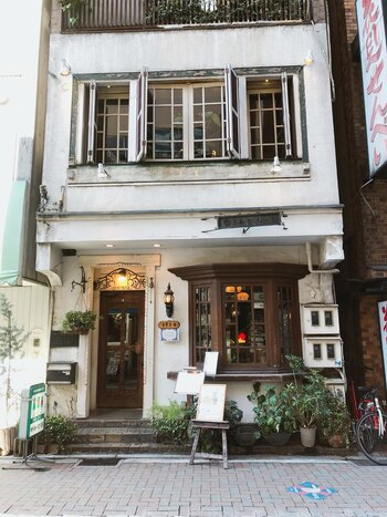 4店舗目は、吉祥寺駅南口から徒歩1分の場所にある「ゆりあぺむぺる」。この店名は宮沢賢治の詩集からとったものらしく、お店も幻想的な世界観を持っています。
