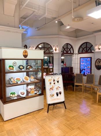 5店舗目は、日本橋駅から徒歩5分の日本橋三越本館2階にある「カフェ ウィーン」。ここは、日本で一番初めにウィーン市の認定を受けたお店で、日本にいながらウィーンの雰囲気を味わえるお店なんです。