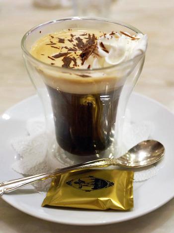 コーヒーは、ホットからアイス、チョコレート系ドリンクまで幅広く揃っています。銀の食器が高級感を演出しています。