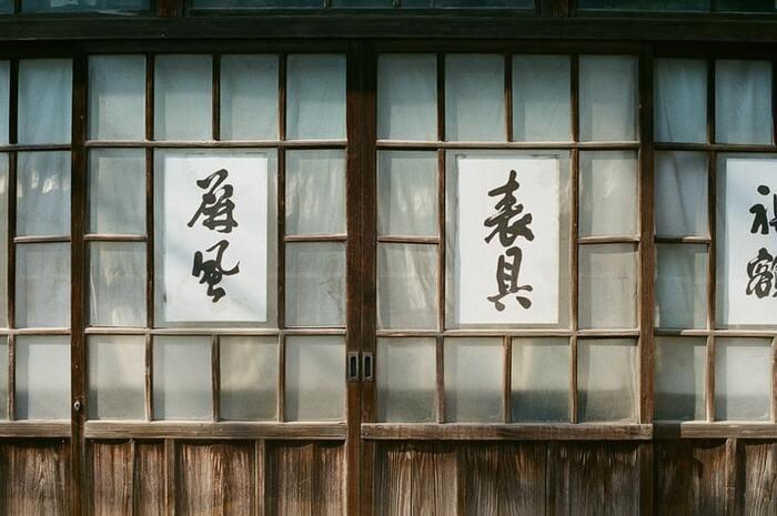 世界情勢がピリついていた昭和15年のある朝、一家の父・野上滋は、反戦の思想を記した文書を発行したことで検挙されてしまいます。突然家に残され悲しみに暮れる母と子どもたち...しかし、離れた父との手紙のやりとり、温かく見守る近所の人々に支えられ、家庭には穏やかで明るい風が吹き始めます。