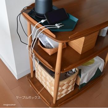 細々として意外と収納に困るのがケーブル類。そのまま出しておいてもいいですが、ごちゃごちゃ感が強く、気になりますよね。 こちらのブロガーさんは、下段のバスケットをケーブルボックスとして使用して、上段にトレイを置き、スマホ置き場に。 木製のワゴンに、自然素材のバスケットやボックスを使用することで、統一感が出て素敵です。