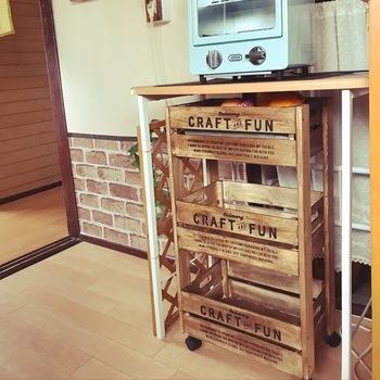 木製ボックスを利用すれば、すべて組み立てるより簡単にキッチンワゴンを作ることができます。 収納したいモノや場所に合わせてサイズも選べるのもいいですね。