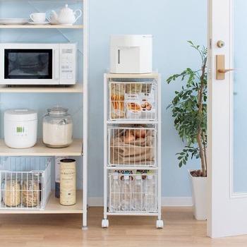 上段が天板になっているキッチンワゴンを選べば、給湯器や炊飯器などを置くシェルフとしても活躍。 他のシェルフとシリーズで揃えることで、キッチンのインテリア性も高まります◎