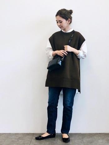 人気のシャツ+ベストの着こなし。シンプルなコーデだからこそ、ヘアアレンジや小物の統一感でコーデのまとまり感をぐっと上げましょう。コートなど羽織で差し色を加えても◎。
