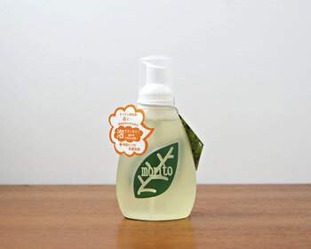 100%植物由来の洗浄成分から作られた中性洗剤「森と…」。香りは青森ヒバのエッセンシャルオイルを使用。抗菌作用があるので、まな板の除菌もできます。こちらは泡ボトルタイプ。