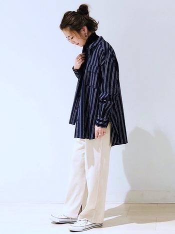 メンズライクなシャツにブラックのタートルネックを合わせてスッキリ感UP。パンツを白にすることでコーデにコントラストが生まれ、メリハリの効いた着こなしに。