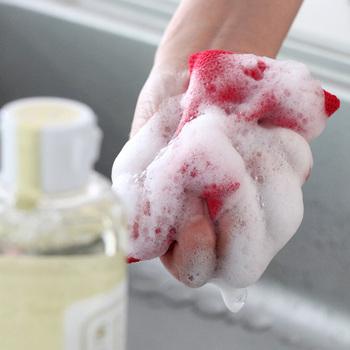 ヤシやサトウキビ、オレンジなど植物由来成分100%でできているから、お肌にやさしい。気温や湿度など、その時の気候に合わせて職人さんが釜を調整する「釜焚き製法」でつくるため、日によって洗剤の色が違うことも。昔ながらの製法を守っているからこその安心のしるしです。