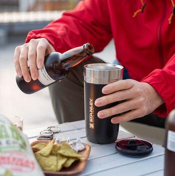 真空断熱構造で高い保温・保冷効果をもつスタンレーのタンブラー。その保冷力の高さは、ビールを美味しく飲むためのカップとして使う人もいるほど。ちょっと無骨感があるルックスが、キャンプやピクニックなどのレジャーシーンにもよく似合います。