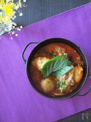 豚のスペアリブとじゃがいもを煮込んだカムジャタン。ピリ辛で旨味たっぷり韓国スープです。美味しく作るには下ごしらえが大事ですが、ダシは市販の「いりこダシダ」で代用するのも◎。お好みでえごまの葉を添えていただきましょう。