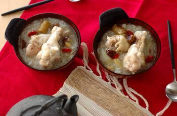 本格的な韓国料理のイメージがあるサムゲタン。作り方を覚えてしまえば、意外とシンプルで簡単な料理です。本格レシピでは、高麗人参などの漢方を使いますが、日本では手に入りにくい材料は代用品でOK。鶏手羽元で旨味たっぷりに仕上げましょ♪