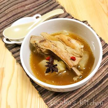 スターアニス、シナモン、ブラックペッパーなどのスパイスに、ニンニクやショウガなどの薬味をたっぷり入れたスペアリブの煮込み料理バクテー。体を温めてくれるスパイスがアジア料理らしい香り豊かなスープに仕上げてくれています。