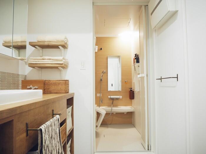 洗面所のインテリアに個性をプラスするなら、こちらの写真のように棚板にこだわってみは。古木テイストの木材で仕上げたナチュラルテイストの飾り棚が貴重な収納スペースに。横幅が取れない場合は、写真のように2段造作するのもひとつのアイデアですね。