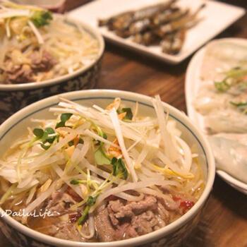 牛肉とベトナム料理の定番である米粉を使ったライスヌードル入りのボリューミーなブンボーフエ。ナンプラーで味付けしたエスニックな味わいが美味な一品です。もやしを入れてヘルシーに仕上げましょ。