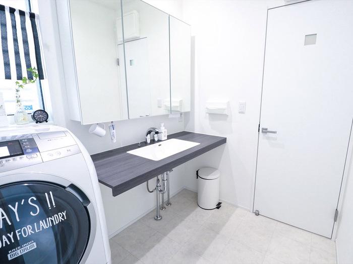 必要最低限のモノだけを置いて、すっきりと仕上げた洗面所インテリア。洗面台のまわりに何も置かない潔さが、清潔感のある美しい空間に導いています。