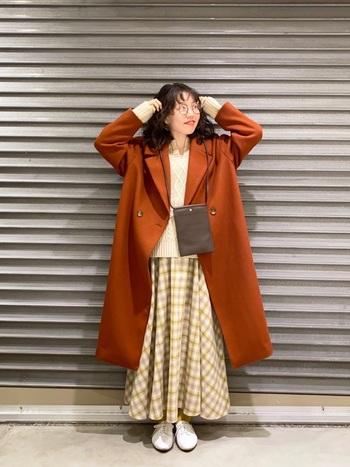 幼く見えやすいギンガムチェックも、キーネックのニットと合わせれば大人っぽいスタイリングに。コントラストを強く出すとチープになりやすいので、同系色でまとめて緩やかなグラデーションを作るのがおすすめです。オレンジブラウンのコートを羽織って、レトロに落とし込むと、こなれ感がアップします。