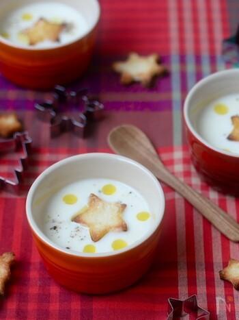 小さめの容器にスープを入れて、オードブルと一緒に出すのも素敵です。こちらはカブの入った、コンソメ味の牛乳スープ。星型のクルトンがクリスマスらしいアクセントになっています。クルトンは食パンで簡単に作れます。仕上げにオリーブオイルを数滴垂らして、こしょうをかければ、とってもおしゃれ♪