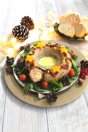 テーブルの真ん中に置けば華やかで食べ応えもある、クリスマスにぴったりのミートローフです。リース型はエンゼル型を使うと簡単にできますよ。ミートローフの中央の穴にチーズソースを置くことで、チーズフォンデュのように食べられてイベント感もアップ。盛り付けも工夫して、豪華に仕上げましょう♪
