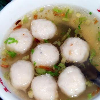 魚のつみれを使ったユーワンタン。魚をすりつぶして作るレシピですが、市販のつみれを買ってもOK。カツオ出汁と塩こしょう、砂糖、ゴマ油で味を調えて、ショウガで風味良く仕上げると臭みのない美味しいスープの完成です。