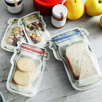 ガラスの密封容器をモチーフにした、ユニークなジッパーバッグ。食品検査も通っているので、ナッツやキャンディを入れて持ち歩くのに適しています。