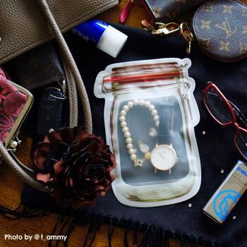 旅行のときなど、外した腕時計やアクセサリーを入れておくと、失くしてしまう心配から解放されます。透明なので中に何が入っているか一目瞭然でわかりやすいのもうれしいですね。