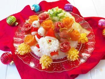 クリスマスのケーキはごはんタイムにお寿司で作るのも良いですよ。こちらはとってもキュートなデコレーションの寿司ケーキ。卵やきゅうりで作るお花は、コツさえつかめば簡単!デコレーションはお好みで、オリジナルデザインも交えながら仕上げてみてください♪