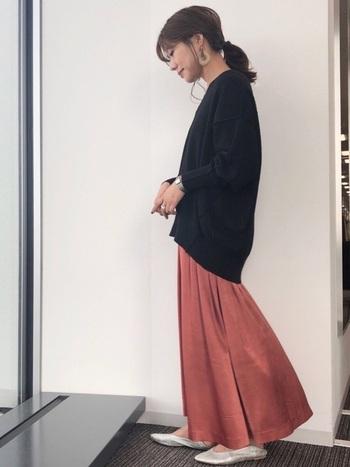テラコッタは、シックになり過ぎず温かみのある絶妙なカラー。ボリュームのあるフレアロングスカートは、ニットでボリュームを抑えシルエットをコンパクトに美しく。足元のバブーシュも相まって、リラクシーなのにどこかエレガントな印象ですね。