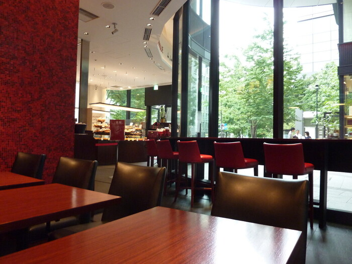 丸の内ブリックスクエアにある「LA BOUTIQUE de Joel Robuchon(ラ ブティック ドゥ ジョエル・ロブション)」。お菓子やパンの販売スペースに併設されているので、レストランは敷居が高い…という方もここならカジュアルにカフェを楽しめます。