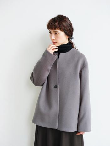 細いウール糸を使用した軽量でふんわり滑らかなショート丈のコート。小ぶりなクルーネックは上品な印象を与え、インナー問わず着られるのが嬉しいポイントです。後ろが少し長めの丈になった、ゆったりとしたシルエット。厚手のニットに合わせてもゆとりを持って着られる一着です。