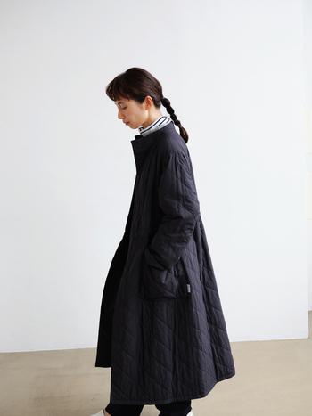 新しい日常の中で、着る出番の多いアウターはお手入れも気になるところ。天然由来の羊毛を使った中綿を使用したロングコートは、家庭での洗濯も可能です。ありそうでなかったボトルネックのデザインで、ボリュームのあるゆったりとしたフレアシルエット。キルティング側とステッチレス側のリバーシブル仕様で着回し力の高い一着です。