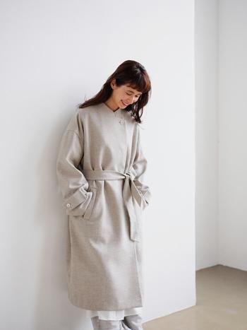 英国羊毛のがっしりとした手触りのウールとリネンのローブコートは、ナチュラルなコーディネートにも馴染む優しい風合い。傷みにくく強度がある素材なので長く着られます。少し肩が落ちたボリュームのある袖に、スタンドカラーのようなデザイン。付属のベルトで、着こなしの表情を変えて楽しむことも。