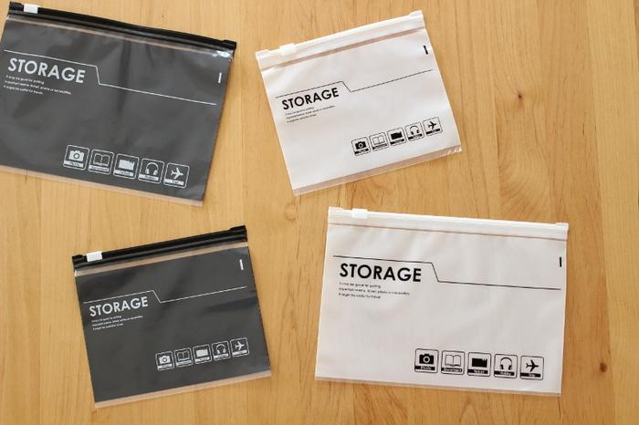 こちらはダイソーのトラベル用スライダーバッグ。旅行のときの細々したもののパッキングに便利ですよね。モノトーンでクールなイメージ。