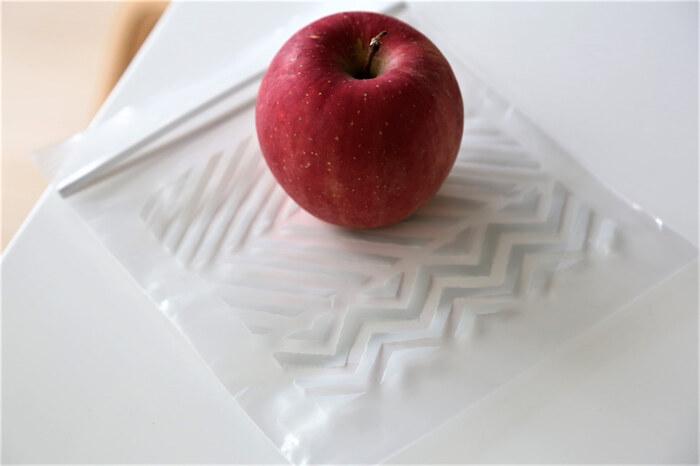 セリアのフリーザーバッグ。グレーの幾何学柄がおしゃれですね。ビビッドな色のジッパーバッグが多い中、モノトーンのインテリアや雑貨が好きという方におすすめです。
