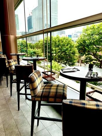 大きな窓からの自然光が気持ちいい「resonance(レゾナンス)」は、テートにおすすめのカフェダイニング。土日のカフェタイムは14時から17時限定です。