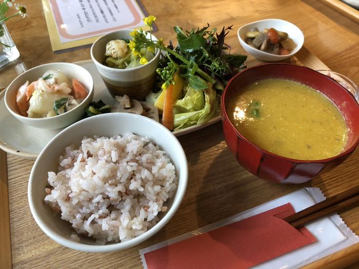 ランチは日替わりで、こちらは「旬の野菜プレート」。煮物や和え物、グリルなどいろいろな調理法でお野菜を楽しめます。