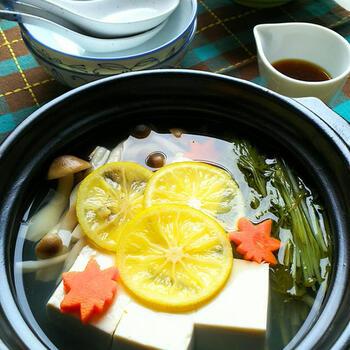 さっぱりしたアレンジ湯豆腐が食べたい時におすすめ「かぼす湯豆腐」。かぼすの爽やかな風味がたまらない、心落ち着く一品です。