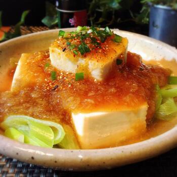 湯豆腐&大根おろしあんの相性が抜群の「おろしあんかけ湯豆腐」はいかがですか?熱々で身体の芯から温まるぽかぽかレシピ。長ねぎがアクセントになるおいしい一品です!
