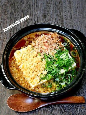 調理時間おおよそ5分でできちゃう、ズボラさんにもおすすめ時短レシピ。木綿豆腐と麺つゆを一煮立ちして、揚げ玉、削り節、刻みねぎを加えて完成!