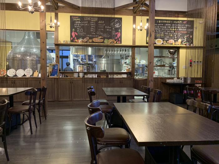 キッチンの活気が間近に感じられる店内。地元ブランドのみよし野菜やさつまいも、ハーブなどを使った南イタリア料理がいただけます。
