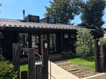 """1694年(元禄7年)から続く農園「はやし園」が手がけるレストランが、西武新宿線の航空公園駅から車で約20分の場所にあります。通称""""いも街道""""と呼ばれる道沿いに建っていて、レ裏手には自家農園のハーブやローズの庭園、広いさつまいも畑がありますよ。"""