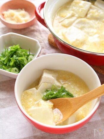 卵スープと湯豆腐が優しく染み込む、中華風あんかけ。ポイントは卵をふんわりと仕上げて、トッピングにはねぎとパルメザンチーズを加えること。少しアクセントを加えたい場合は、豆板醤をプラスしてもOK!
